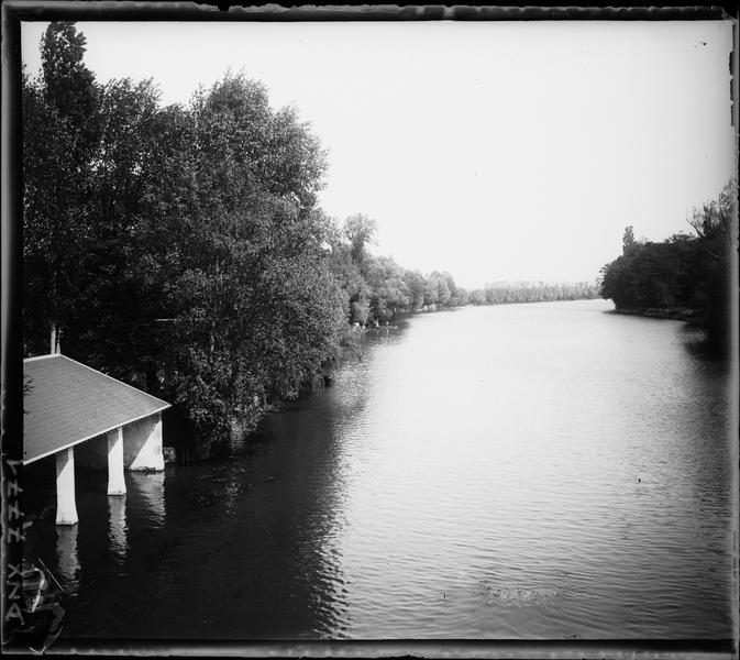 Paysage rural : abri à barques en bord de rivière