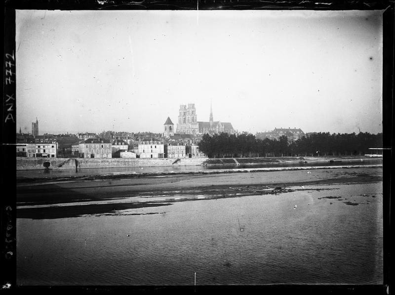 Quais de la Loire, la cathédrale en arrière-plan