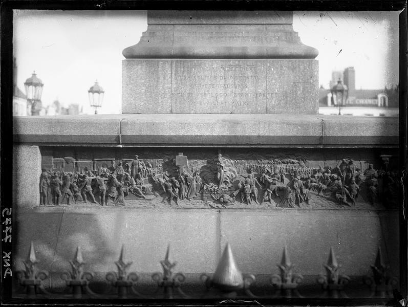 Bas-relief gravé sur le piédestal