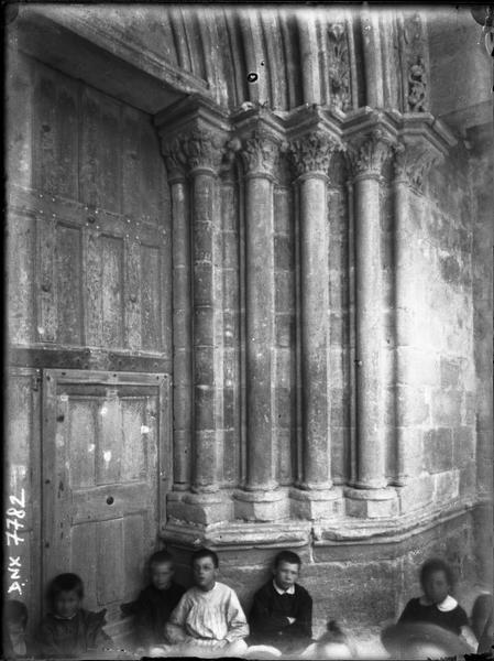 Porche central de la façade ouest : piédroits