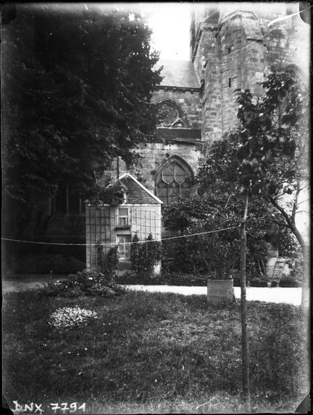 Façade sud, vue partielle en arrière-plan d'un jardin