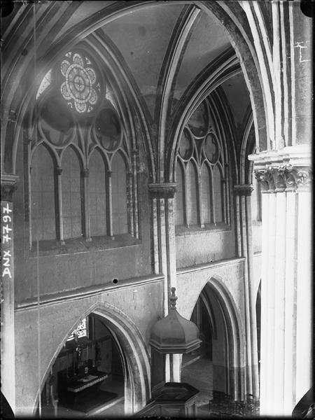 Intérieur : partie haute de la nef au-dessus de la chaire à prêcher, vue en plongée