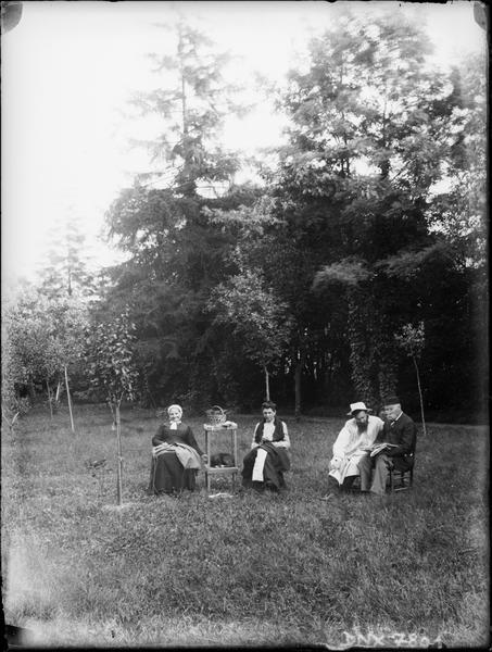 Personnages assis dans un jardin