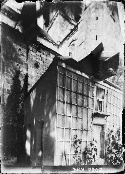 Petit bâtiment au pied de la façade sud