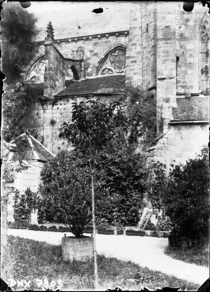 Façade sud, détails en arrière-plan d'un jardin
