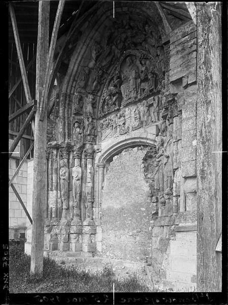 Façade nord : portail muré en cours de restauration