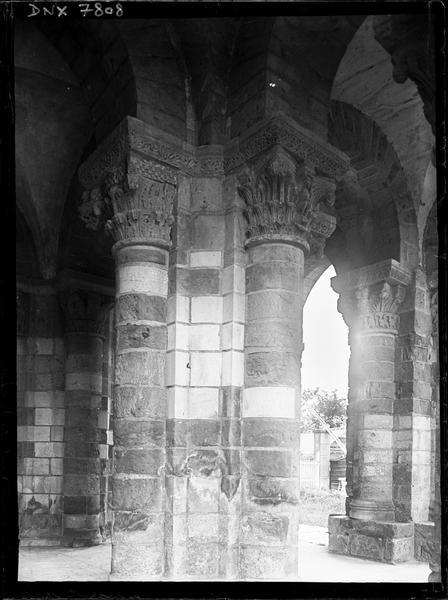 Narthex, intérieur : piliers et chapiteaux