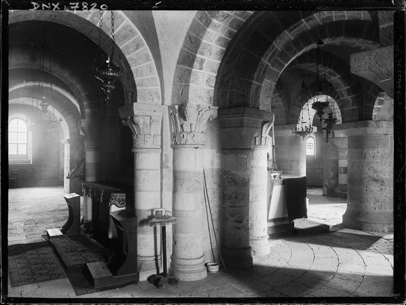 Crypte : chapiteaux sculptés, autel