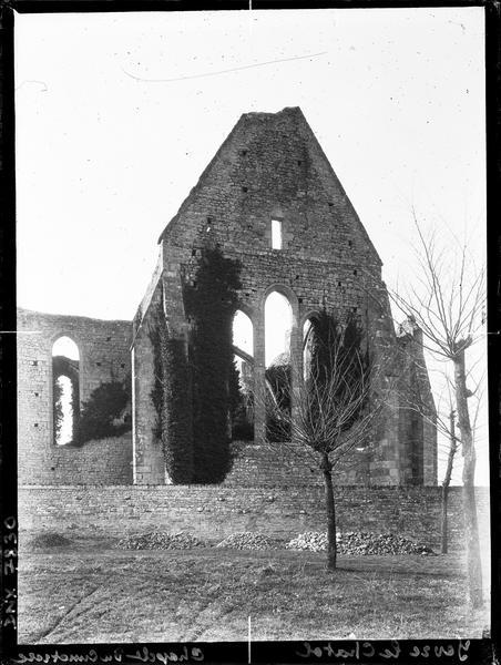 Ruines : pignon et baies
