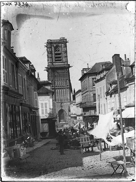 Scène de marché dans une rue, façade sud du clocher