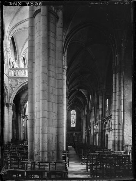 Intérieur : bas-côté et partie de la nef