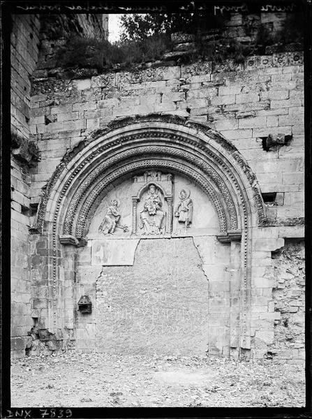 Portail ouest muré : tympan de la Vierge à l'Enfant