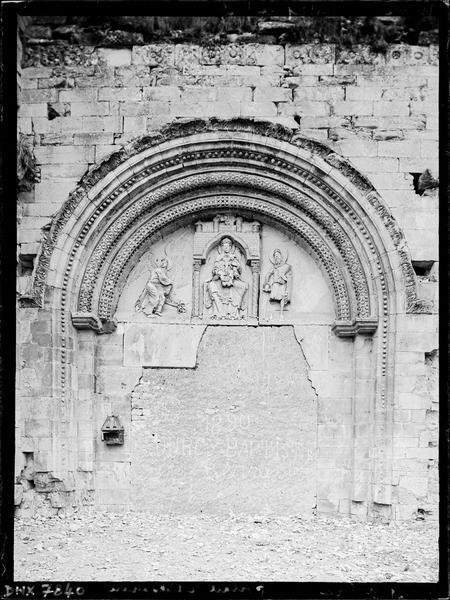 Portail ouest muré : tympan de la Vierge à l'Enfant, vue axiale