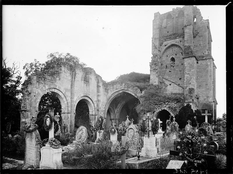 Tour et vestiges des travées, cimetière au premier plan
