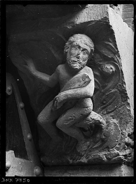 Transept nord, portail : imposte droite sculptée d'un personnage