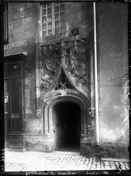 Porte ornée d'un décor gothique flamboyant