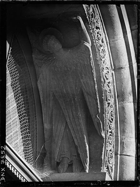 Portail de la façade ouest : intrados de l'archivolte côté droit sculpté d'un ange