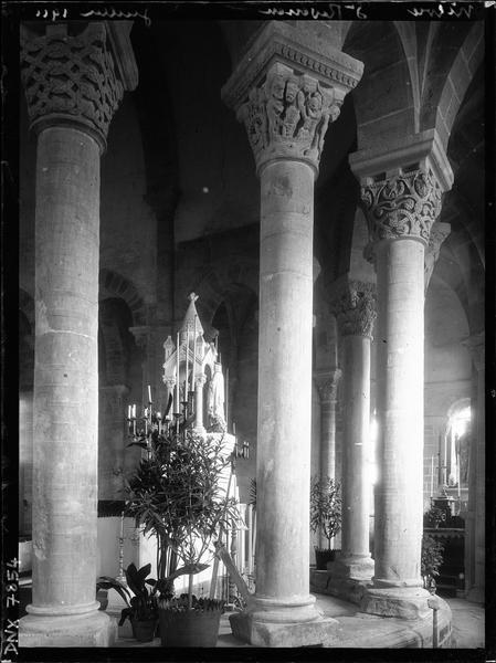 Intérieur : déambulatoire, colonnes et chapiteaux