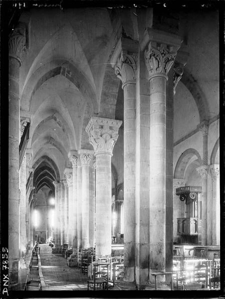 Intérieur : bas-côté nord et partie de la nef vus de l'entrée