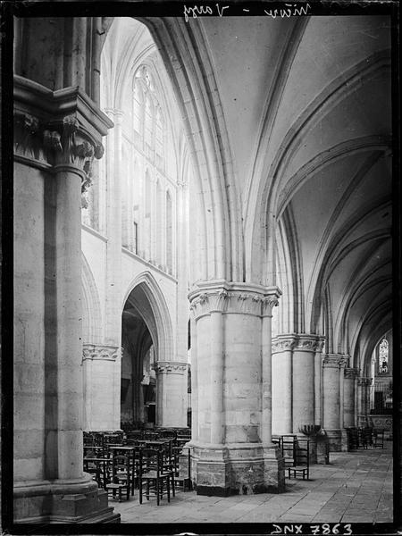 Intérieur : bas-côté sud et partie de la nef