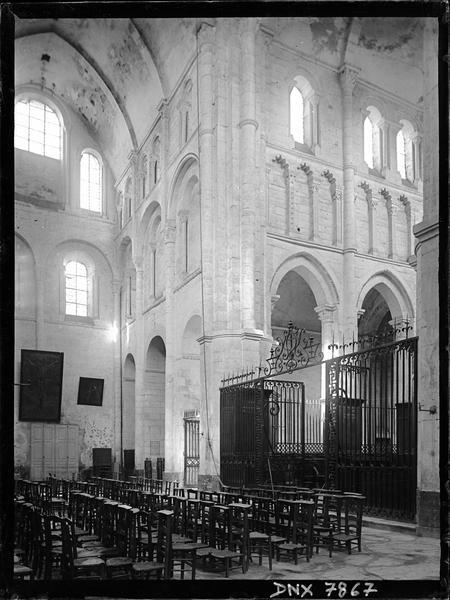 Intérieur : croisée du transept et grille du choeur vus vers le nord-est
