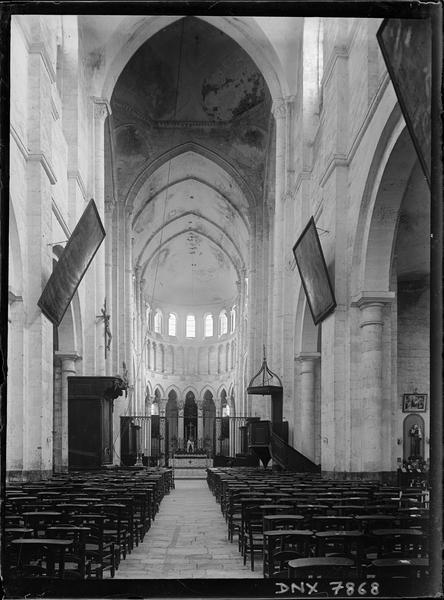 Intérieur : partie de la nef et choeur vus de l'entrée