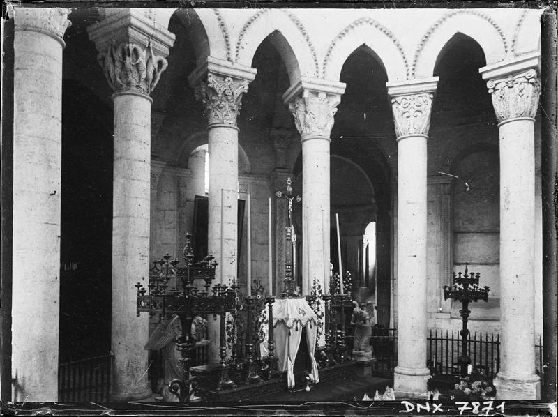 Intérieur : autel du choeur, colonnes et chapiteaux de l'hémicycle côté sud