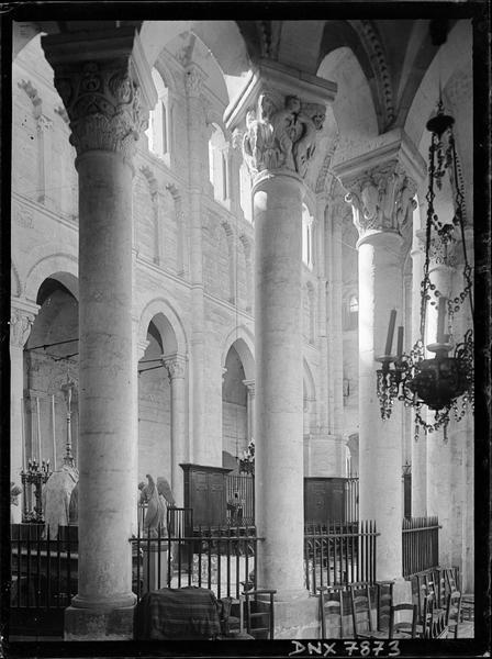 Intérieur : colonnes et chapiteaux de l'hémicycle côté nord vus du déambulatoire