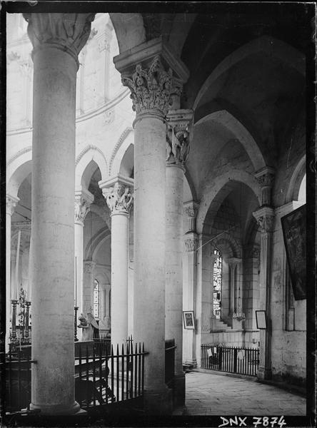Intérieur : partie du déambulatoire, colonnes et chapiteaux de l'hémicycle côté nord-est