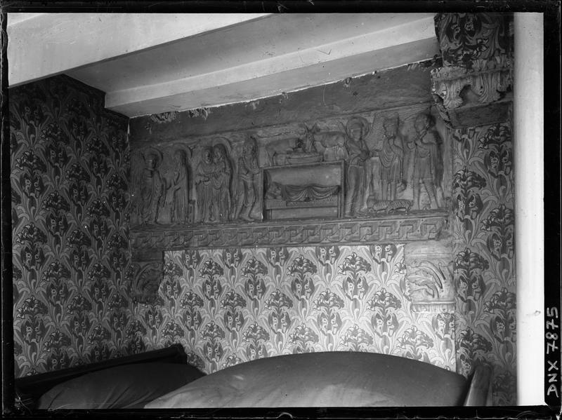 Bas-relief sculpté affleurant dans une maison qui jouxte l'église : Annonciation, Visitation, Nativité, Annonce aux Bergers