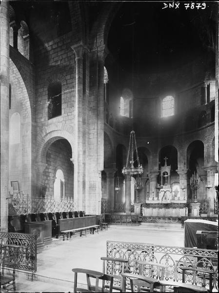Intérieur : choeur et autel, vue diagonale vers le nord-est
