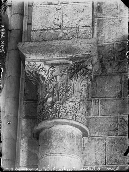Intérieur : chapiteau dans l'abside occidentale