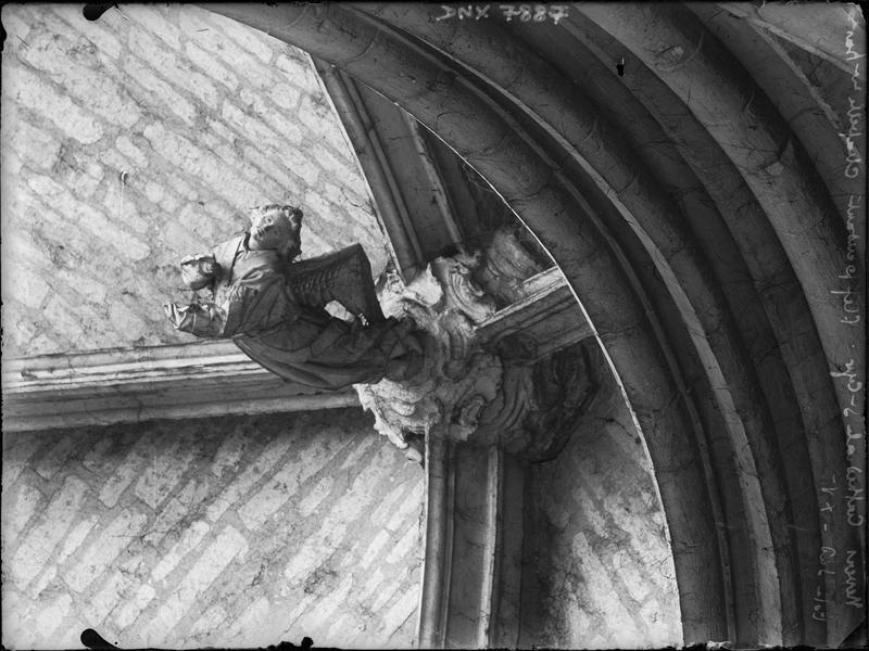 Intérieur : clef pendante sculptée d'un ange dans une chapelle du bas-côté sud