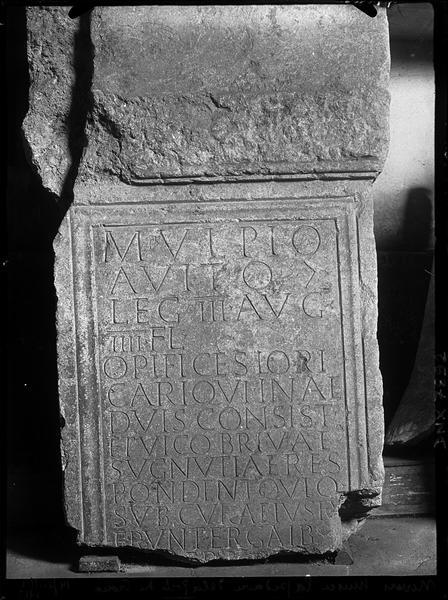 Stèle gravée d'une inscription en latin