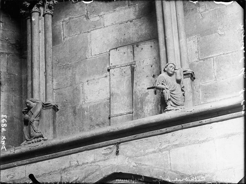 Intérieur, nef : personnages sculptés à la base des arcatures du triforium