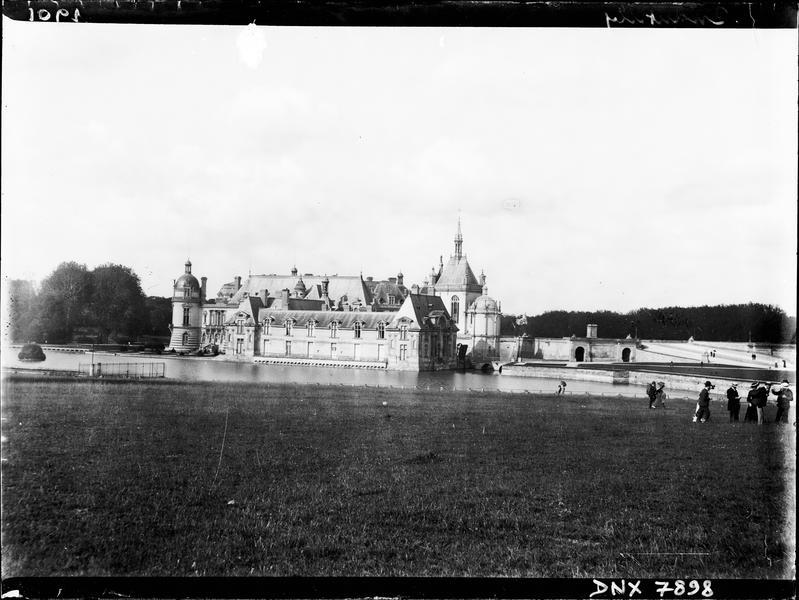 Le château : vue d'ensemble en arrière-plan du parc