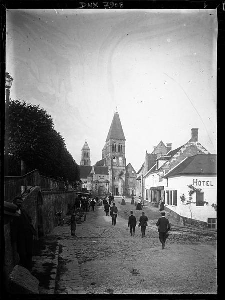 Eglise : façade ouest dans la perspective de la rue