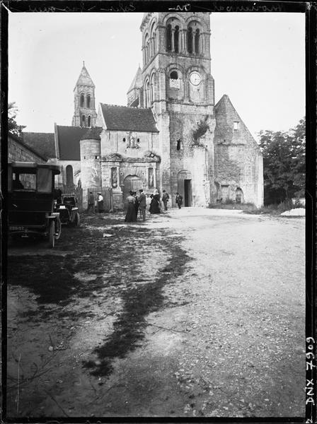 Eglise : façade ouest, partie du clocher