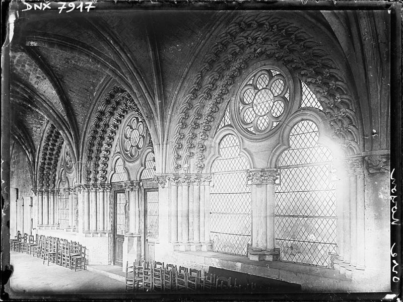 Salle capitulaire : fenêtres et porte sur la galerie du cloître