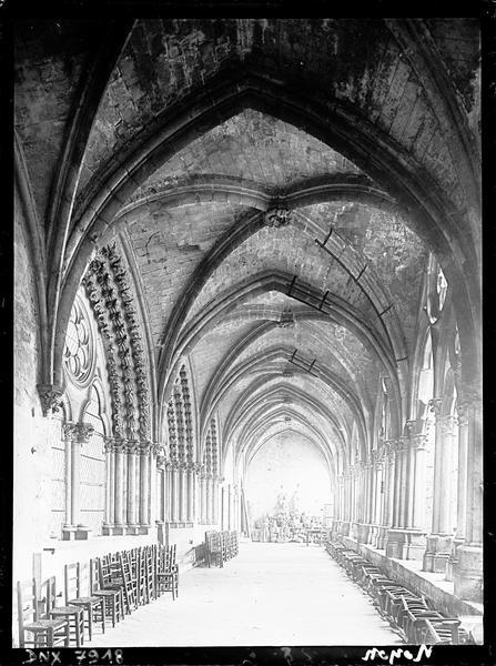 Galerie du cloître et fenêtres de la salle capitulaire