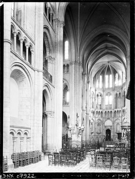 Intérieur : choeur et croisée du transept vers le nord-est