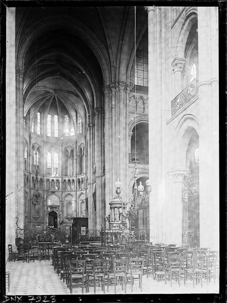 Intérieur : choeur et croisée du transept vers le sud-est