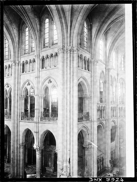 Intérieur : angle de la nef et du croisillon nord