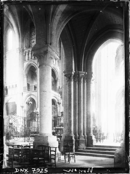 Intérieur : bas-côté sud et vue partielle de la croisée du transept vers le nord