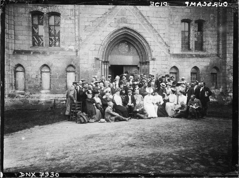 Membres du congrès archéologique de France posant devant l'infirmerie conventuelle ou salle des morts