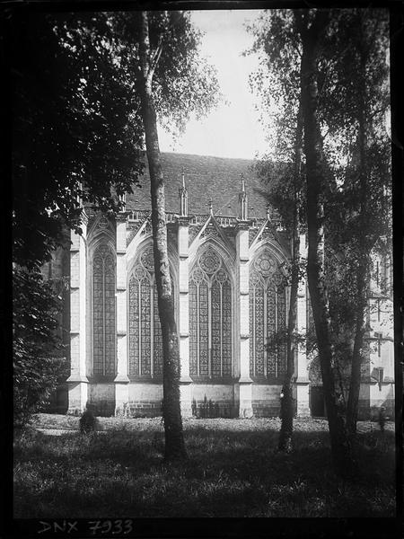Chapelle de la Vierge dite Sainte Chapelle : façade nord, vue partielle entre les arbres