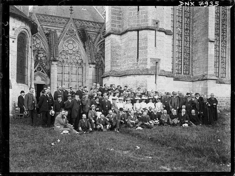Façade sud de la galerie entre l'église et la Sainte Chapelle, groupe de congressistes au premier plan