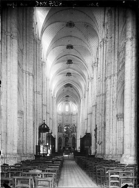 Eglise, intérieur : nef vers le choeur, vue axiale