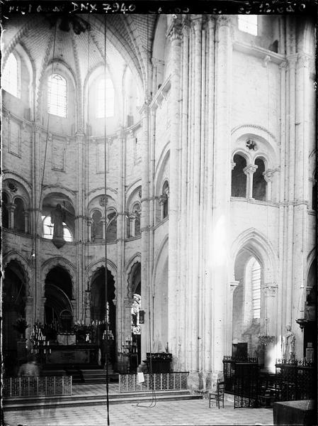 Eglise, intérieur : choeur et stalles