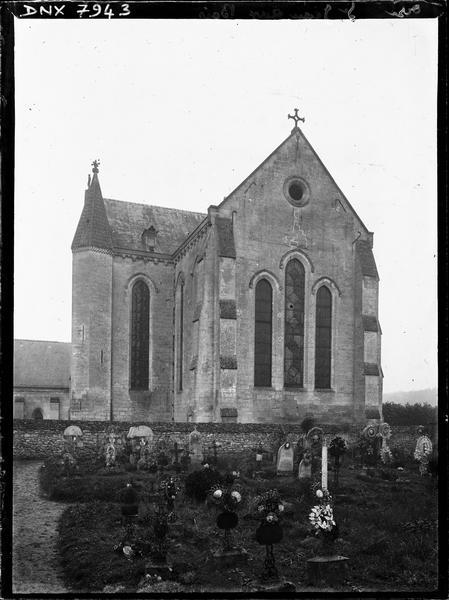 Eglise : abside et croisillon sud, cimetière au premier plan